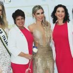 6- A Miss Itajaí 2017 Anissa Cunha e Danny Reis (C) ladeadas pelas coordenanoras da Associação Cancer com Alegria
